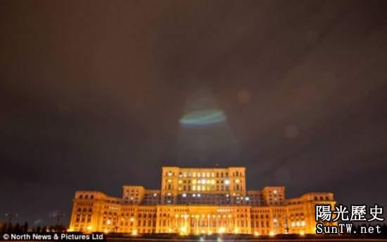 羅馬尼亞人民宮上空驚現疑似UFO 或是光圈錯誤