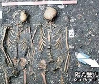 考古學家發現手挽手夫婦屍骨