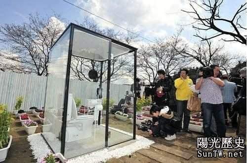 日本街頭驚現透明公廁 女性當眾如廁