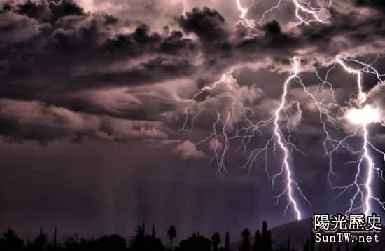 男子抓拍閃電風暴記錄震撼的瞬間