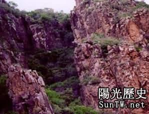 中國內蒙古驚見「隱字洞」 淋雨便出
