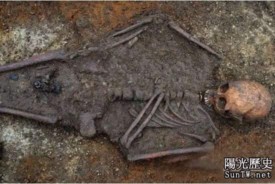 千年女屍身上竟戴有神秘黃金十字架