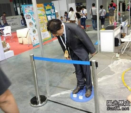安倍機器人亮相上海 不停鞠躬引人圍觀