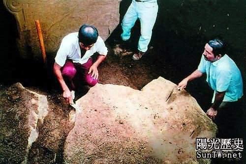 考古學家發掘遺跡