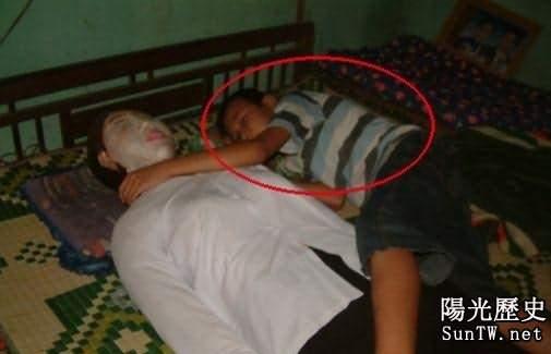 瘆人!癡情男子抱老婆屍體睡覺